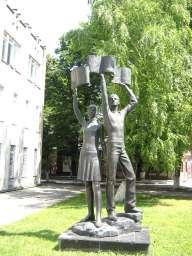 Памятник читающей моложёжи